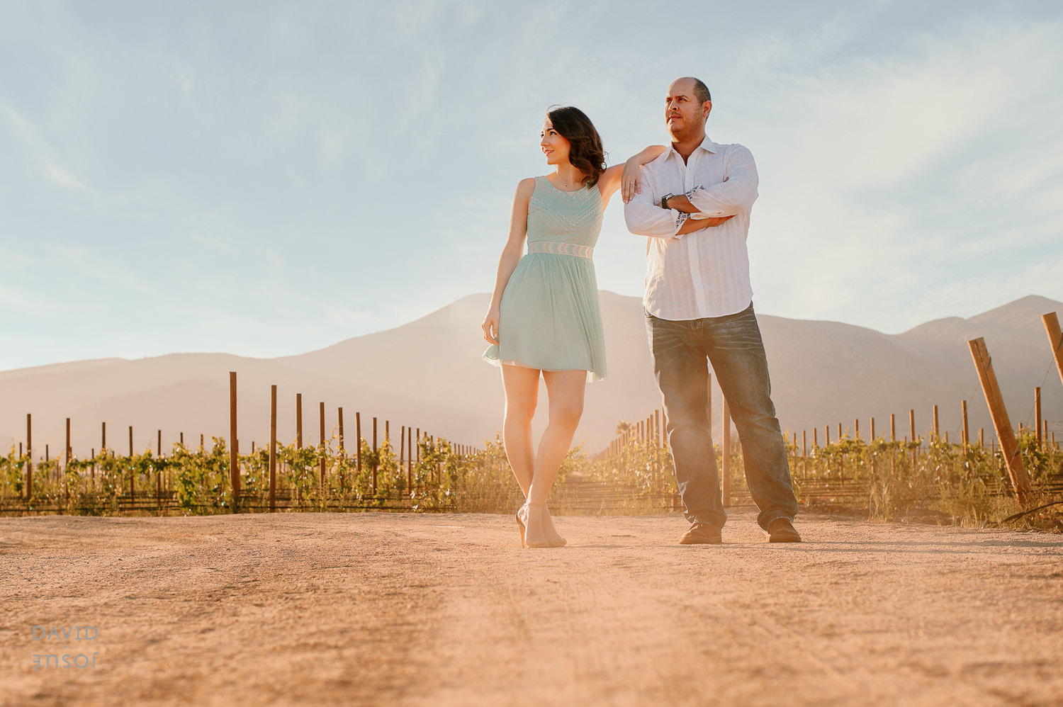 Relaxed Couple at Engagement Session Vin?cola el cielo