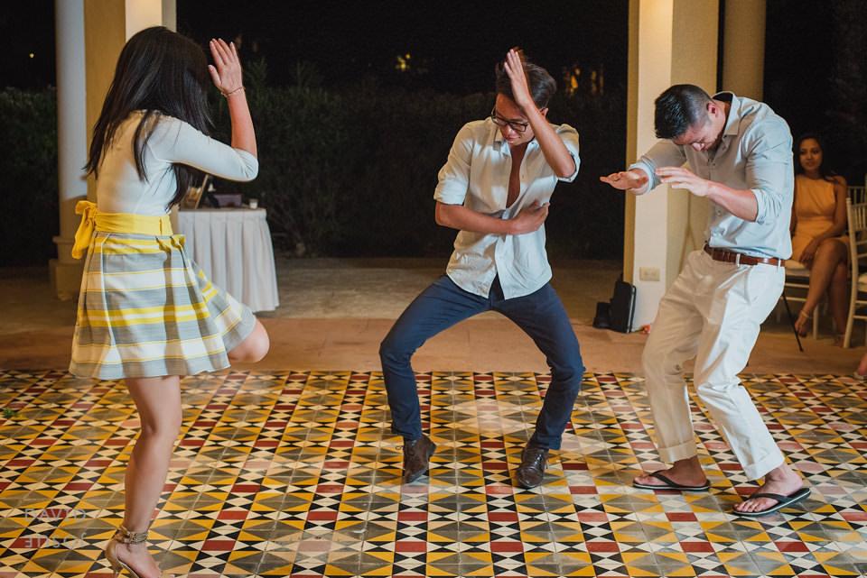 riviera-maya-wedding-guests-on-dancefloor